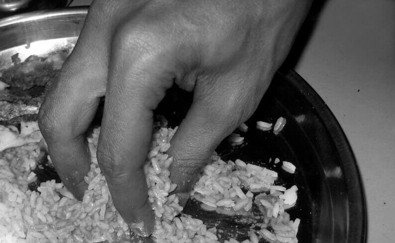 eating-rice-hands-earthstoriez